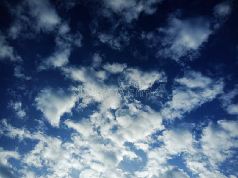Jasny niebieskie niebo i chmury obrazy stock