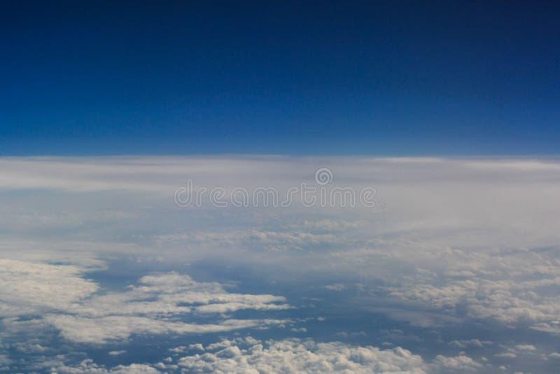 Jasny niebieskie niebo nad chmury obraz stock