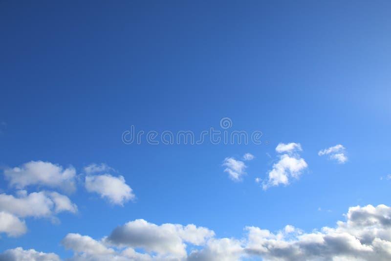 Jasny niebieskie niebo z chmurami zdjęcie royalty free