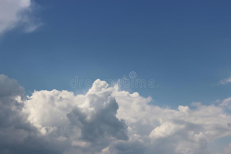 Jasny niebieskie niebo z cumulusem i chmur pierzastych chmurami pogodna pogoda radosny nastrój Wysoki nacisk Czyste powietrze eko zdjęcie stock