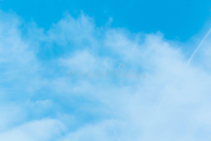 Jasny niebieskie niebo z prostą biel chmurą z przestrzenią dla teksta fotografia stock