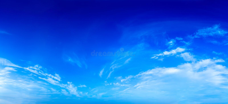 Jasny niebieskie niebo z prost? biel chmur? z przestrzeni? dla teksta fotografia royalty free