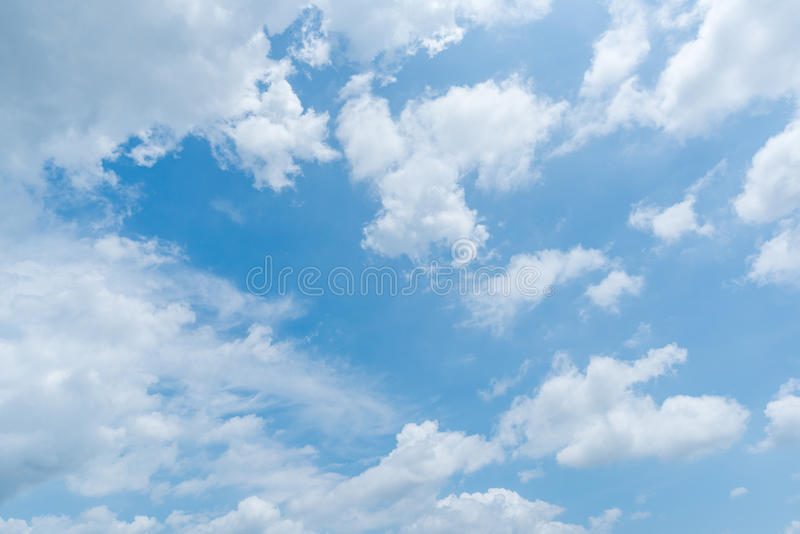 Jasny niebieskiego nieba tło, chmury tło zdjęcia stock