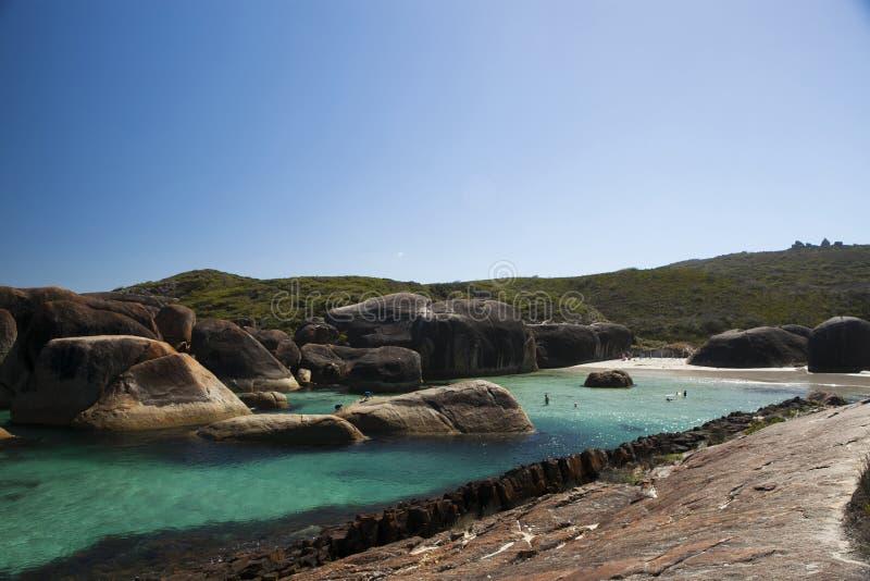 Jasny niebo, błękitne wody i skały w Albany zachodniej australii, obrazy stock