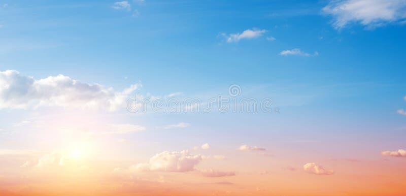 Jasny niebo i chmury zdjęcia royalty free