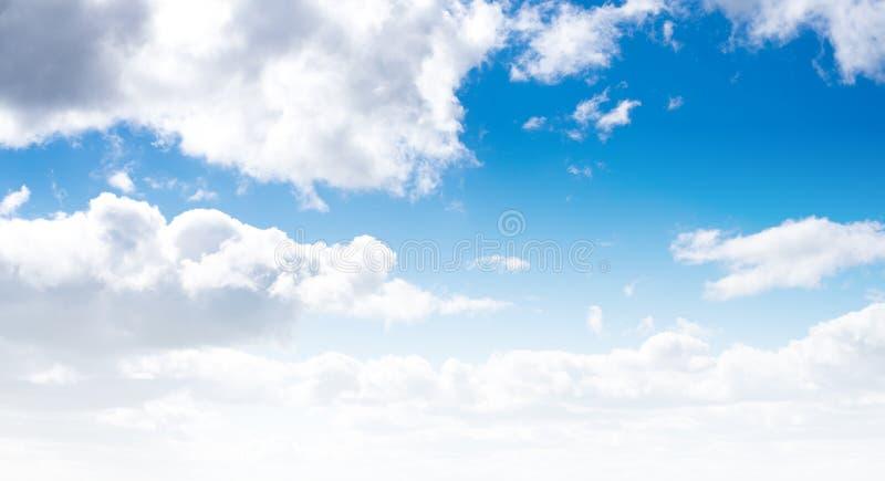Jasny niebo i chmury fotografia stock