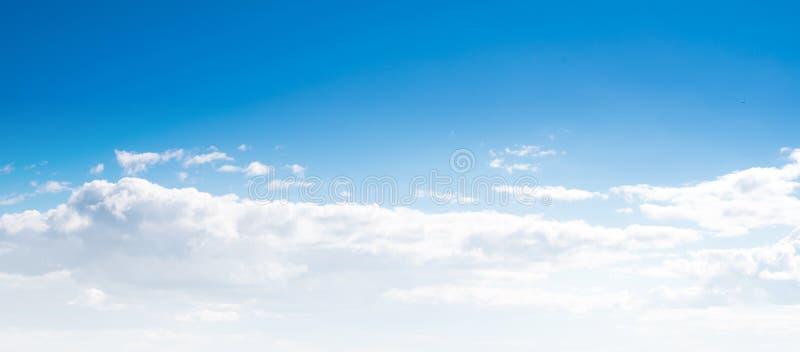 Jasny niebo i chmury zdjęcie stock