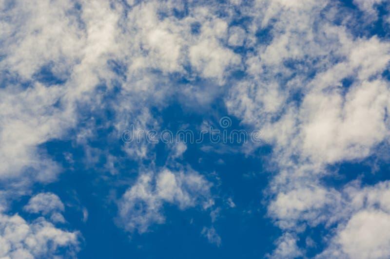 Jasny niebo na świetnym dniu Z lekkim słońcem Z wzorem chmury tworzy piękną naturę Odczucie relaksujący i bezpartyjnik zdjęcia stock