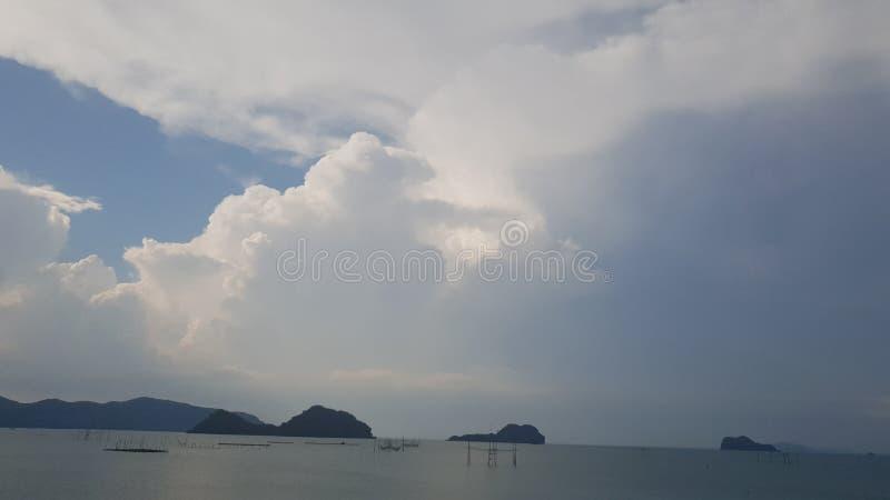 Jasny niebo z biel gomółkami w niebie obraz royalty free