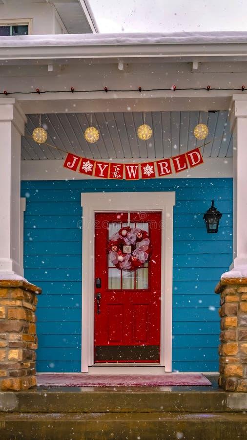 Jasny Pionowo Świąteczny dom w brzasku Utah z śnieg zakrywającym jardem i dach w zimie fotografia royalty free