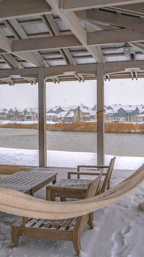 Jasny Pionowo klub przegapia Oquirrh jezioro w zima dniu fotografia stock