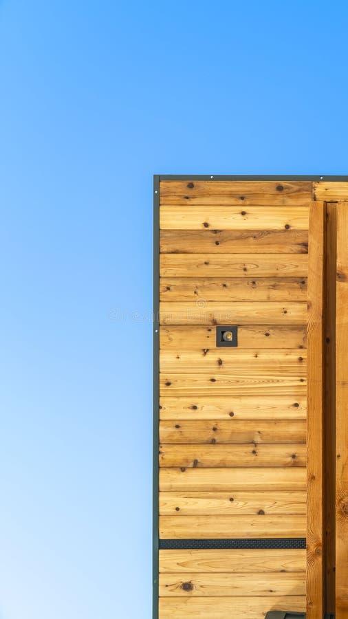 Jasny Pionowo spód płaski dach budynek z niebieskim niebem w tle obrazy stock