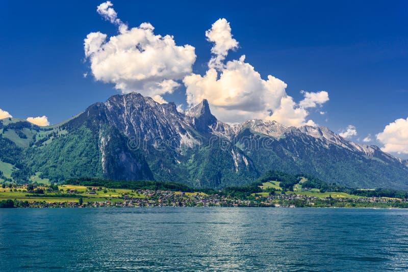 Jasny przejrzysty lazurowy Jeziorny Thun, Thunersee, Bern, Szwajcaria zdjęcia royalty free