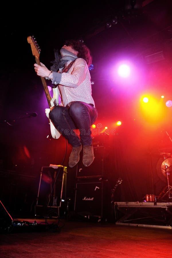 Jason Barwick, Gitarrist und Sänger des britischen Rocks/des Blaus versehen das Gebräu mit einem Band lizenzfreie stockbilder
