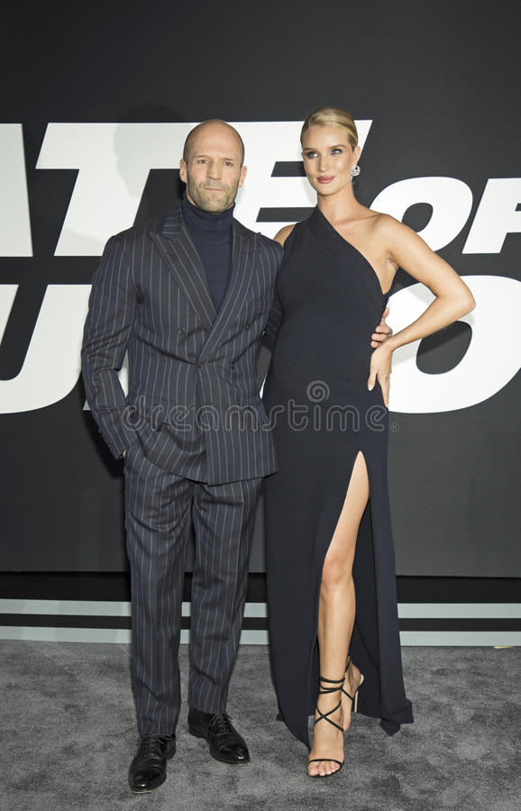 ¿Cuánto mide Jason Statham? - Real height Jason-statham-rosie-huntington-whiteley-english-actor-arrives-red-carpet-new-york-city-premiere-fate-90252434