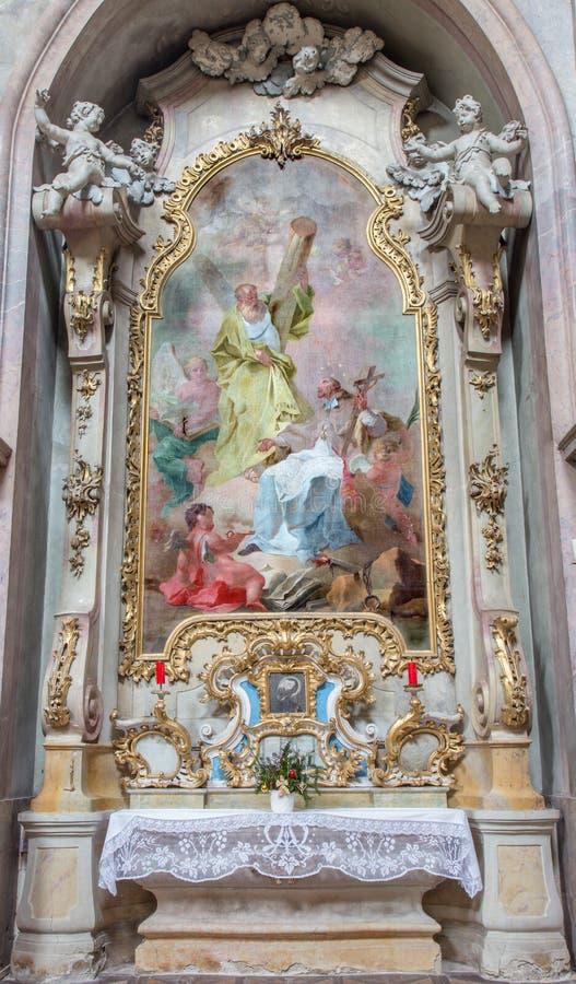 Jasov - altar lateral barroco e pintura de St Andrew e de St John o Nepomuk do claustro de Premonstratesian foto de stock