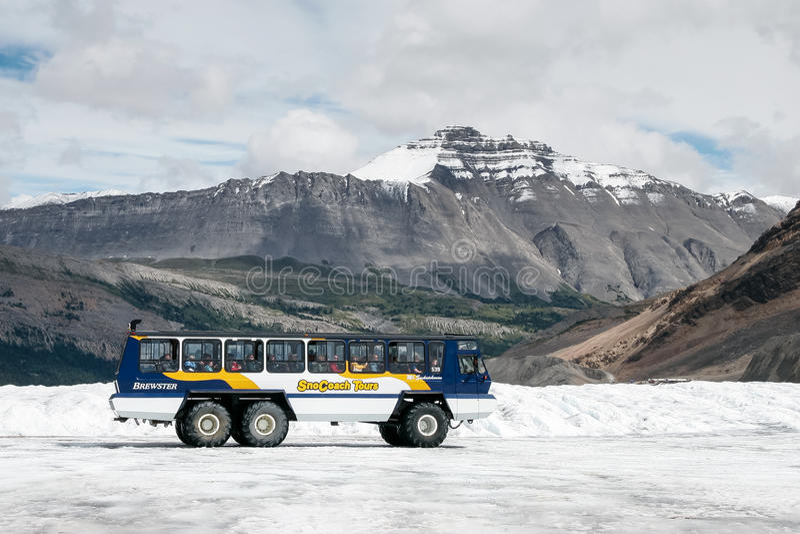 JASPIS, ALBERTA/CANADA - 9. AUGUST: Schneezug auf dem Athabasca stockfotografie