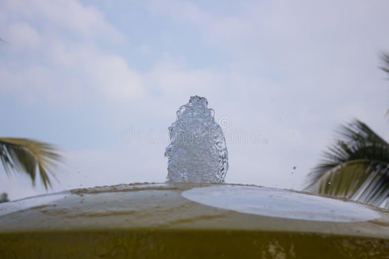 Jato da água que aumenta acima em uma fonte da cidade no close-up do parque fotografia de stock royalty free