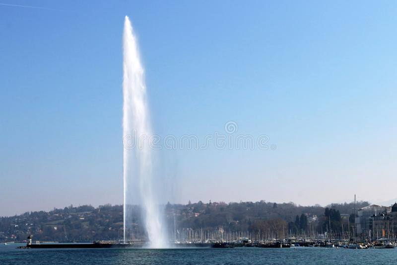 Jato de água na arquitetura da cidade switzerland de Genebra Cidade, lago e montanhas fotografia de stock royalty free