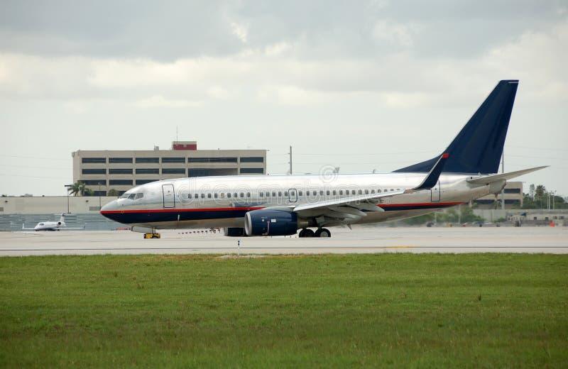 Jato de Boeing na pista de decolagem fotos de stock