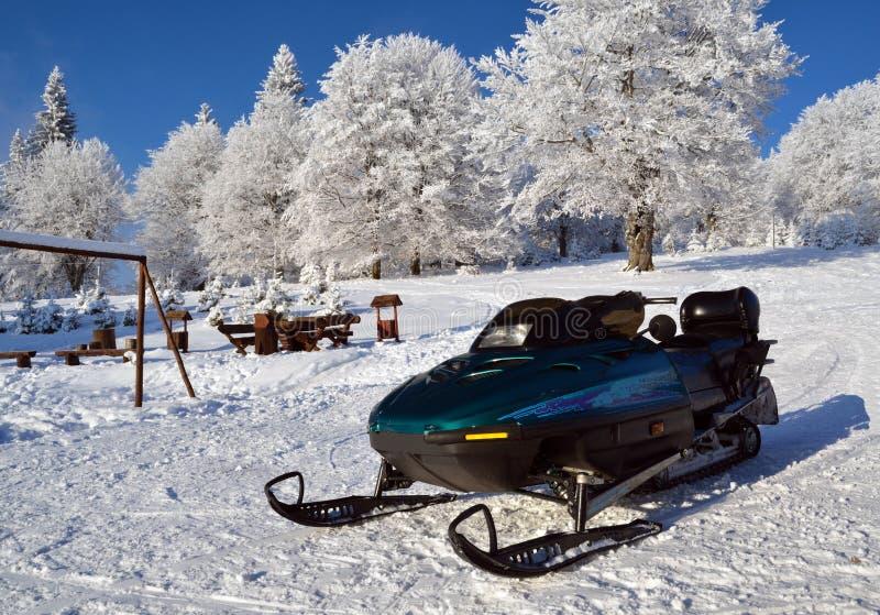 Jato do esqui (esqui-doo) que espera um cavaleiro fotografia de stock