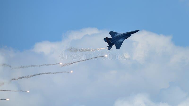 Jato do figher de RSAF F-15SG que executa acrobacias em Singapura Airshow foto de stock royalty free