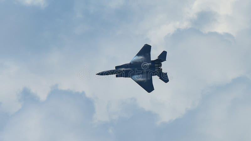 Jato do figher de RSAF F-15SG que executa acrobacias em Singapura Airshow fotografia de stock