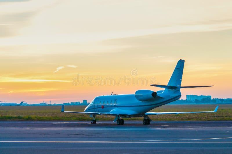 Jato do negócio no avental dos aviões Alvorecer em fotografia de stock royalty free