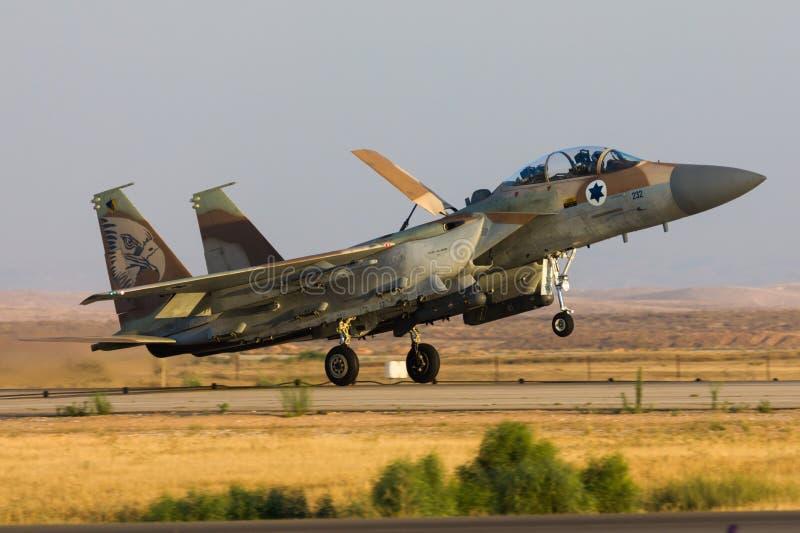 Jato israelita da força aérea F-15I Raam com as bombas que voam durante um airshow em Hatzerim, Israel fotografia de stock royalty free