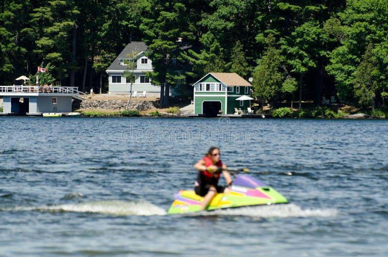 Jato mais skiier em um lago azul imagem de stock
