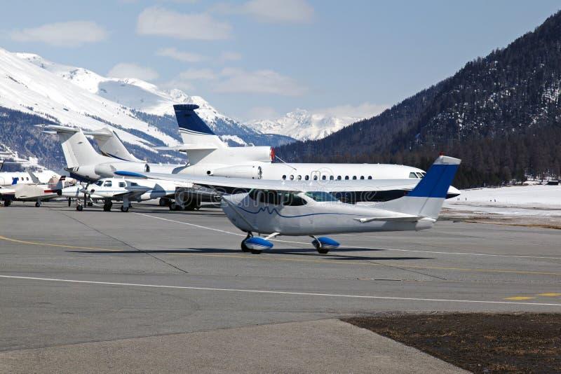 Download Jatos Privados E Planos No Aeroporto De St Moritz Switzerland Nos Cumes Foto de Stock - Imagem de rocha, estação: 107526304