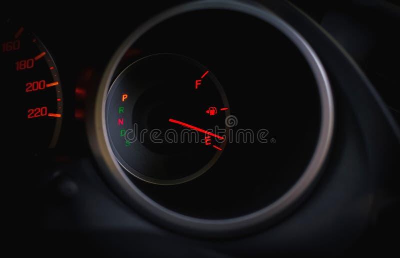 Jauge de carburant sur le tableau de bord image libre de droits