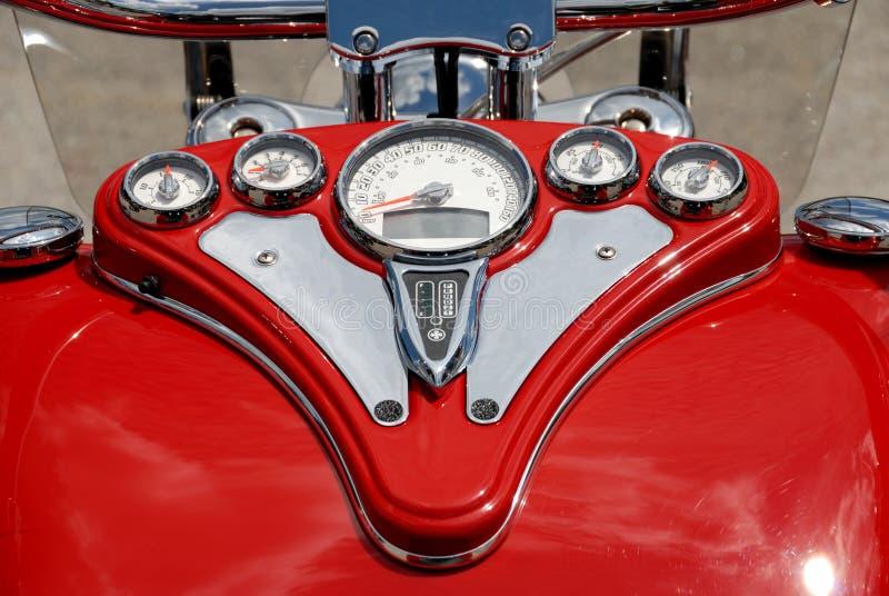 Jauges de rouge sur la moto images stock