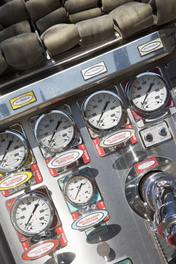 Jauges et cadrans sur une pompe à incendie photo stock