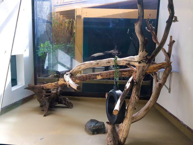 Jaula animal para los reptiles imagen de archivo