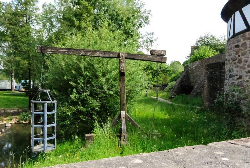Jaula de las brujas - instrumento medieval de la tortura en el río en Steinau un der Strasse, cerca de los hermanos Grimm del lug imagenes de archivo
