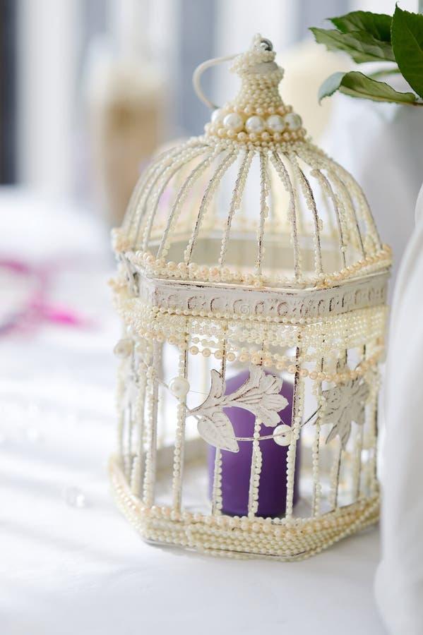 jaula de pjaros blanca como decoracin de la boda imagen de archivo libre de regalas