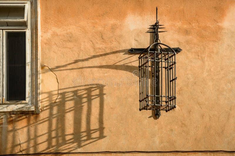 Jaula del metal suspendida en la pared imágenes de archivo libres de regalías