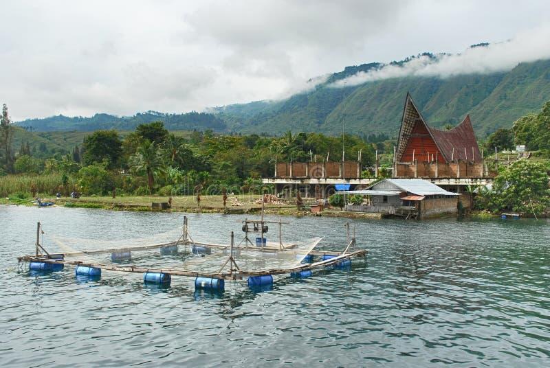 Jaula tradicional de los pescados en el lago Danau Toba, Medan, Indonesia imagenes de archivo