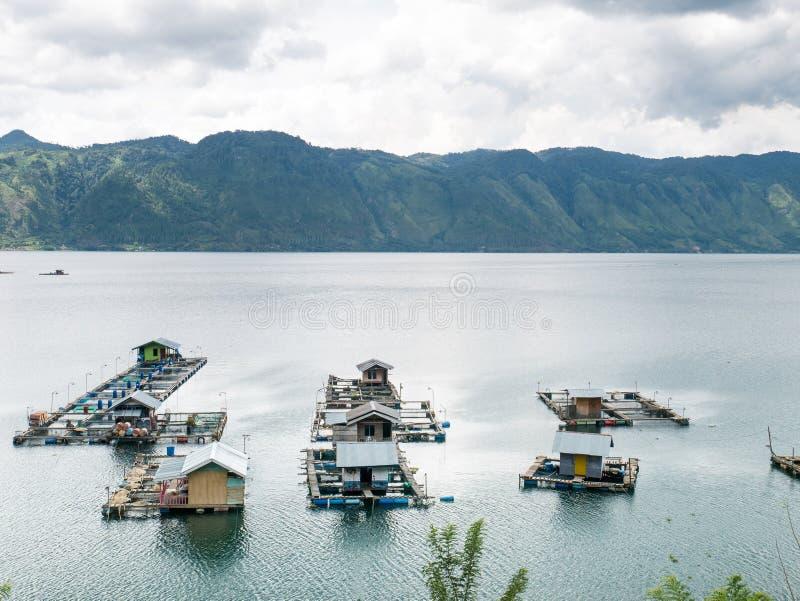 Jaulas flotantes de los pescados que cultivan en Lut Tawar Lake, Takengon, Ace imagen de archivo libre de regalías
