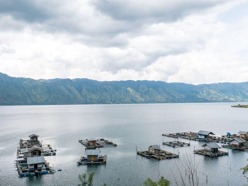 Jaulas flotantes de los pescados que cultivan en Lut Tawar Lake, Takengon, Ace foto de archivo libre de regalías