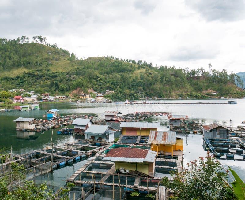 Jaulas flotantes de los pescados que cultivan en Lut Tawar Lake, Takengon, Ace fotografía de archivo libre de regalías
