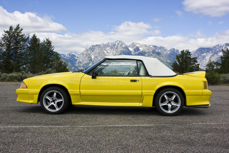 Jaune 1991 convertible de mustang de Ford image stock