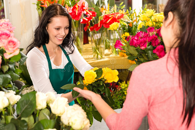 Jaune de achat de fleuriste de propriétaire gai de fleuriste photo stock