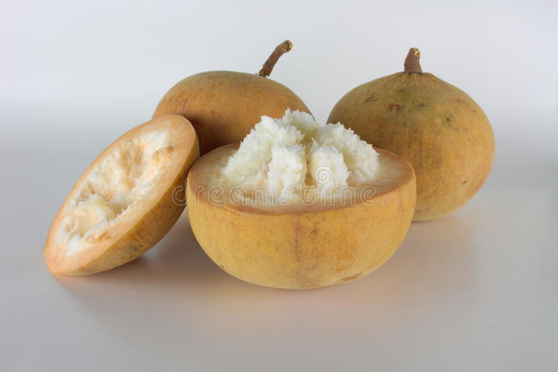 Jaune de fruit de Santol d'isolement images libres de droits