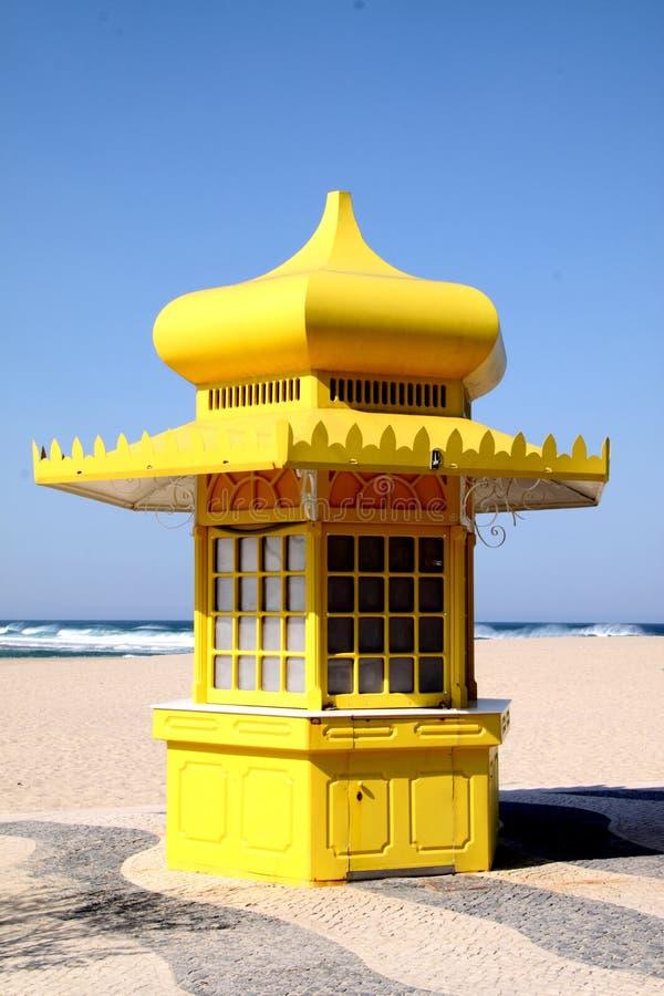 jaune de kiosque de plage images stock