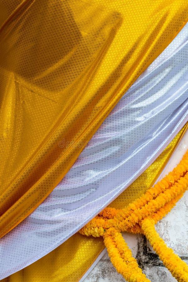 Jaune et blanc a modelé la bâche de tissu le Bouddha image stock
