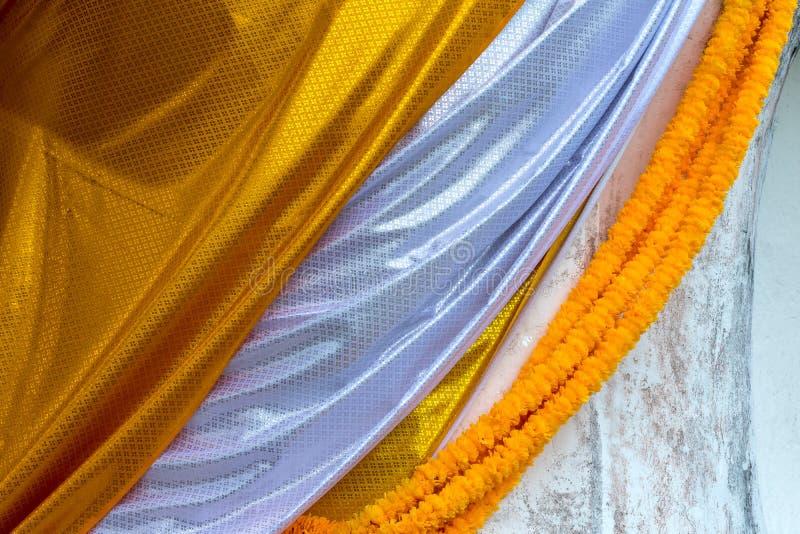 Jaune et blanc a modelé la bâche de tissu le Bouddha photo stock
