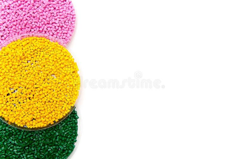 Jaune et rose en plastique de vert de granules Colorant pour des polymères en granules descripteur image stock