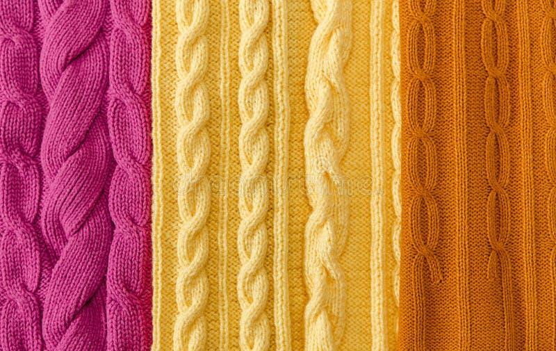 Jaune ; Rose et articles tricotés Moutarde-jaunes avec les tresses et le modèle Fabriqué à la main ; Ouvrage d'agrément image libre de droits